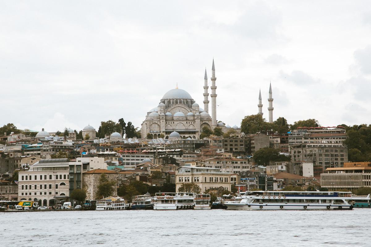 una mezquita se eleva sobre la ciudad a lo largo de las orillas del río