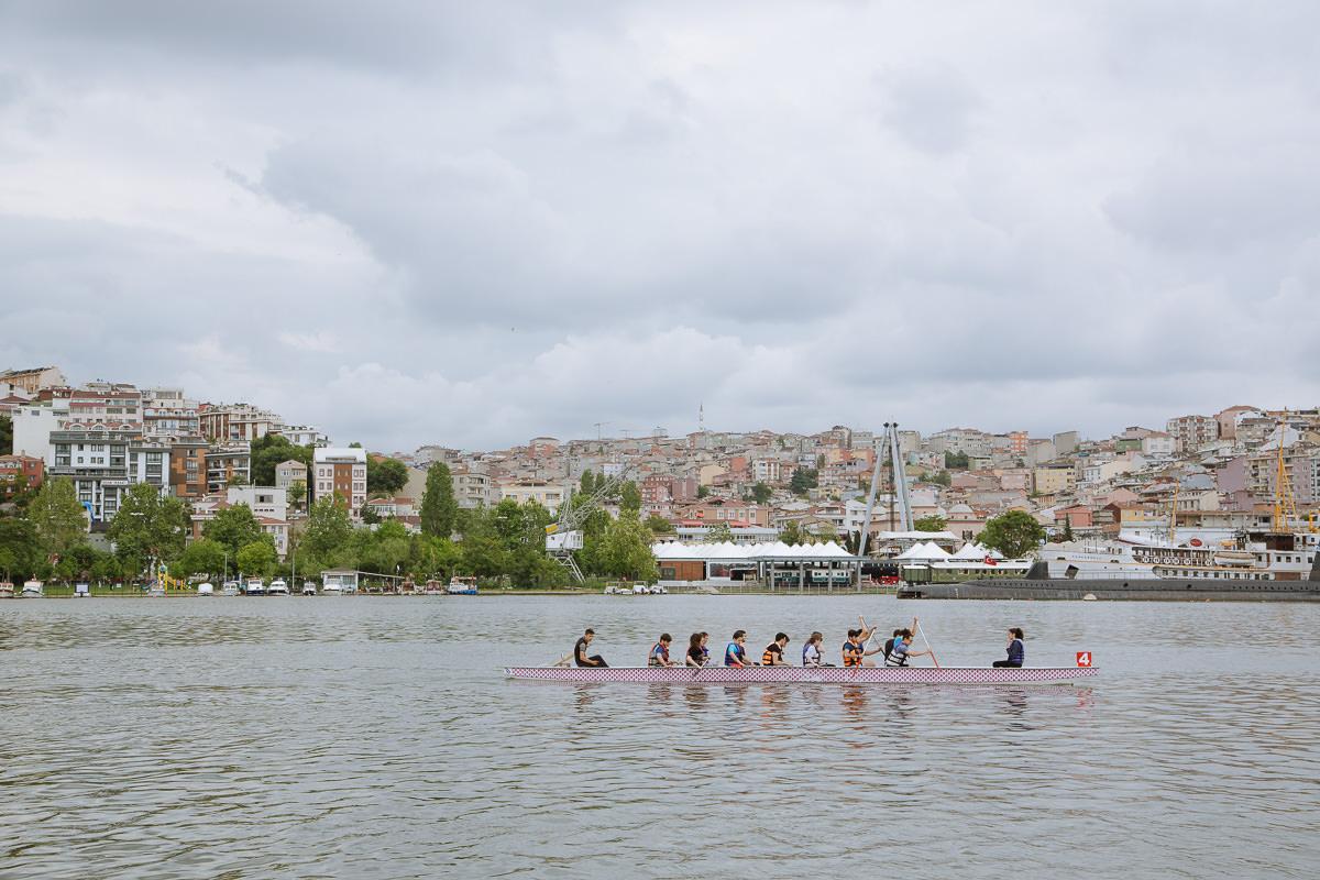 remeros en el río bósforo en Estambul