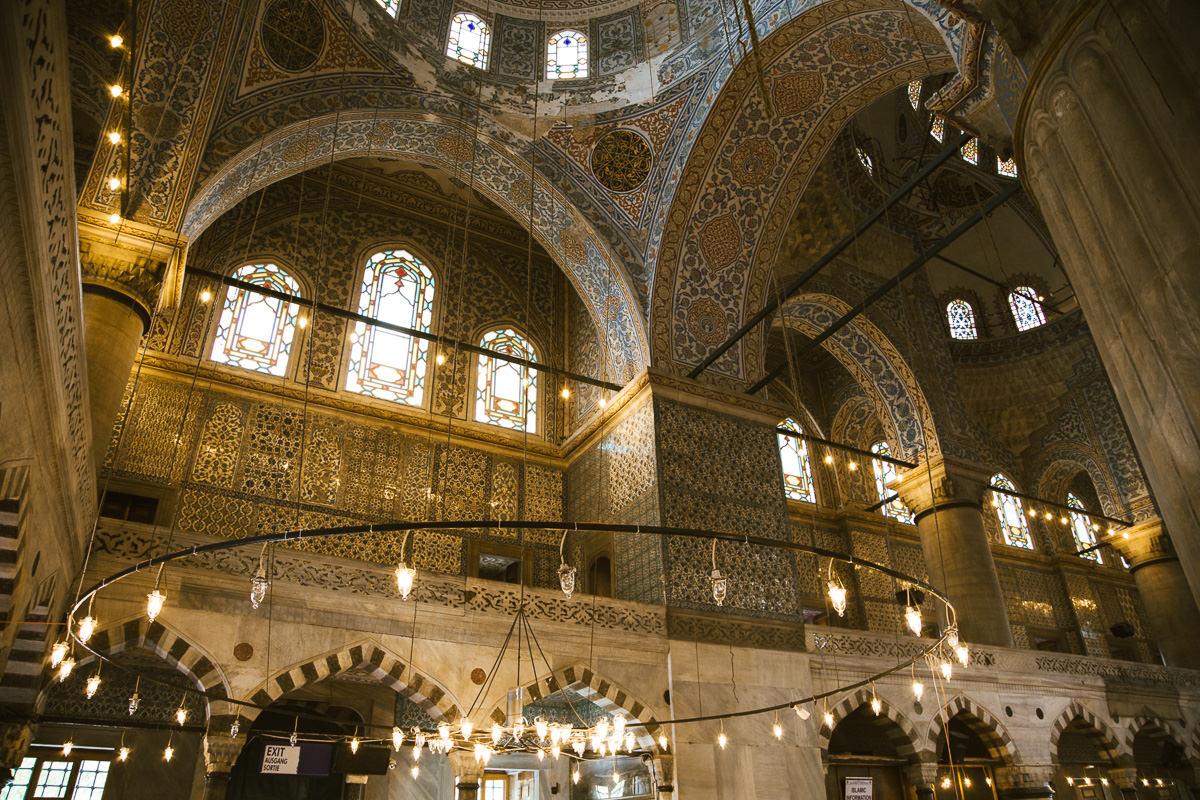 intrincados azulejos dentro de la Mezquita Azul en Estambul