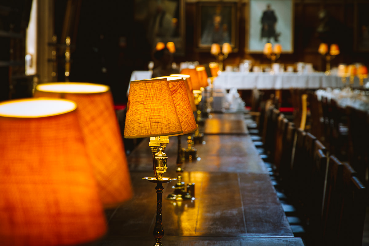 lámparas en una fila en un antiguo comedor en Oxford