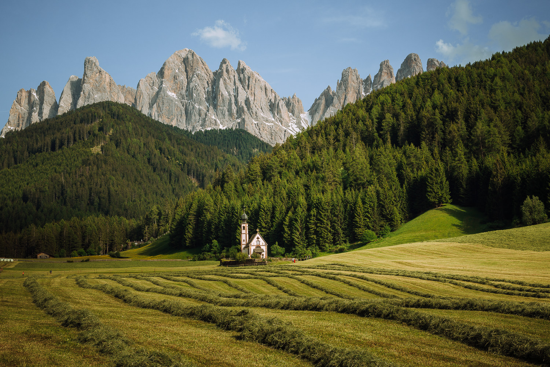 Val di Funes, Italia, Dolomitas, Iglesia de Santa Maddelena