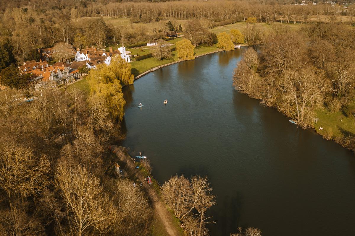 curva de un río con árboles de invierno a ambos lados-támesis salvaje nadando