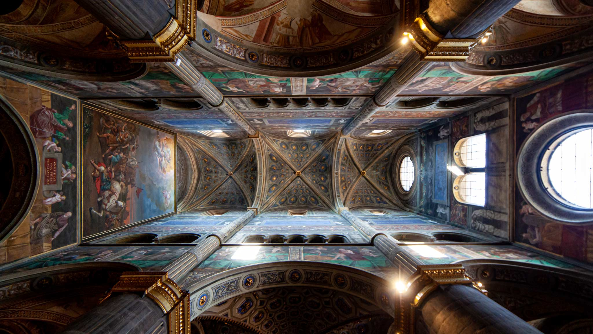 Mirando hacia arriba los frescos en el techo de la catedral de Cremona