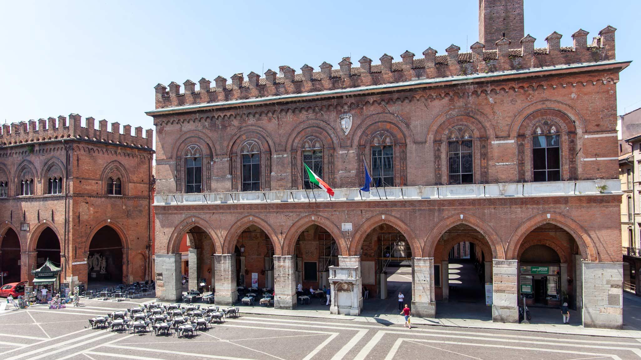 Ayuntamiento de Cremona con una cafetería y Pórticos