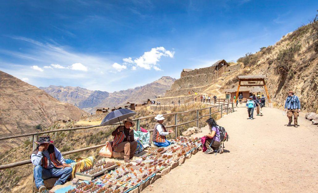 Los lugareños venden productos en el camino a las ruinas de Pisac
