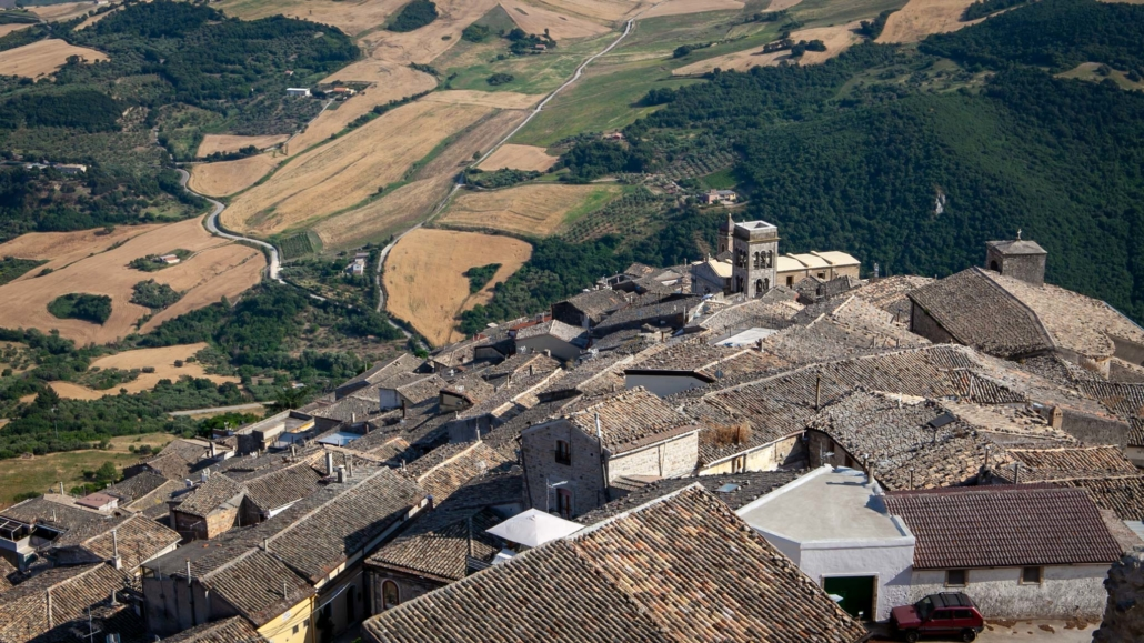Los tejados de la ciudad de Sant'Agata di Puglia con verdes colinas al fondo